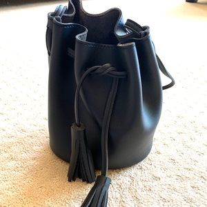 Cross body black bucket bag